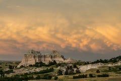 Coucher du soleil orageux de bad-lands photographie stock libre de droits