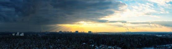 Coucher du soleil orageux de ciel Photo stock