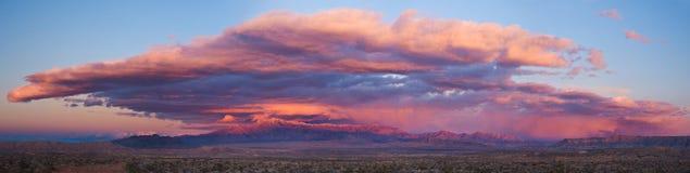 Coucher du soleil orageux de désert Photos stock