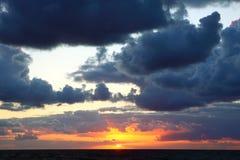 Coucher du soleil orageux de mer Images libres de droits