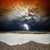 Coucher du soleil orageux de mer Photo stock