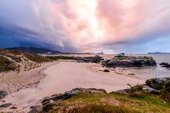 Coucher du soleil orageux Samil - à Vigo images stock