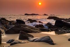 Coucher du soleil orageux sur le rivage d'une île tropicale Photographie stock