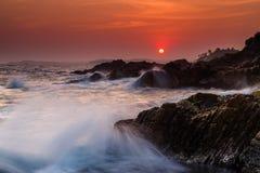 Coucher du soleil orageux sur le rivage d'une île tropicale Photos stock