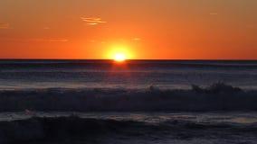 Coucher du soleil orange à la mer banque de vidéos