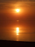 Coucher du soleil orange au-dessus d'un golfe Image libre de droits