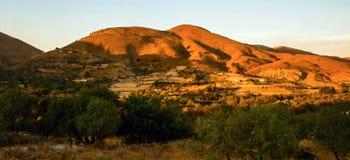 Coucher du soleil orange au-dessus de flanc de coteau intérieur sur l'île Lemnos photographie stock libre de droits