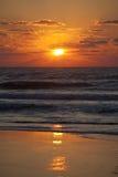 Coucher du soleil orange au-dessus de plage Photographie stock libre de droits