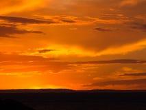 Coucher du soleil orange avec des formations dramatiques de nuage image stock