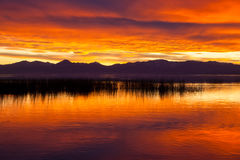 Coucher du soleil orange avec des montagnes Image libre de droits