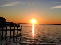 Coucher du soleil orange brillant au-dessus de la baie de Barnegat, NJ Images libres de droits