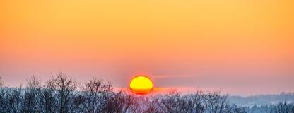 Coucher du soleil orange en hiver photographie stock
