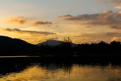 Coucher du soleil orange et rouge sur le lac Photos libres de droits