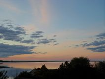 Coucher du soleil orange-foncé et bleu photo libre de droits