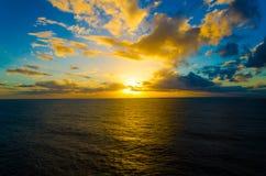 Coucher du soleil orange intense à la plage tropicale d'isolement par extérieur photos stock