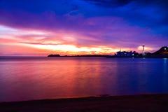 Coucher du soleil orange intense à la plage tropicale d'isolement par extérieur photographie stock