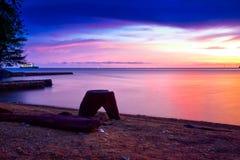 Coucher du soleil orange intense à la plage tropicale d'isolement par extérieur images libres de droits