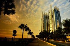 Coucher du soleil orange intense au port du centre de centre de la ville avec l'immeuble luxueux de voile image stock