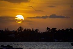 Coucher du soleil orange lumineux au-dessus de la baie à Hollywood, la Floride Image libre de droits