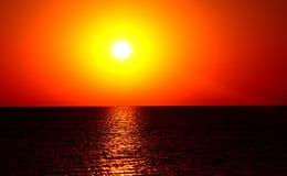 Coucher du soleil orange magique au-dessus de mer Photo stock