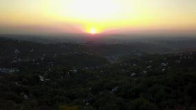 Coucher du soleil orange rouge contre la tour de TV Les nuages évidents, le soleil place au-dessus de l'horizon clips vidéos