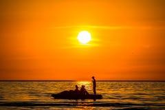 Coucher du soleil orange, silhouette de personnes image libre de droits