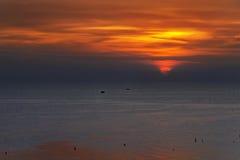 Coucher du soleil orange sur la mer Photographie stock