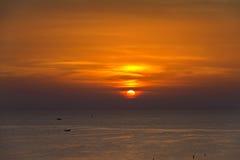 Coucher du soleil orange sur la mer Photographie stock libre de droits