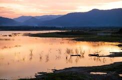 Coucher du soleil orange sur le barrage en Thaïlande Image libre de droits