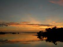 Coucher du soleil orange sur le fleuve d'Amazone Photos stock