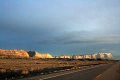 Coucher du soleil orange sur les falaises rayées Photo stock