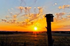 Coucher du soleil orange à une ferme de l'Arkansas Photo stock