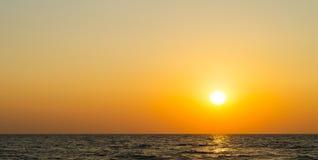Coucher du soleil orange vibrant horizontal d'océan images libres de droits