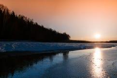 Coucher du soleil orange vibrant horizontal de soirée près de Moscou image stock