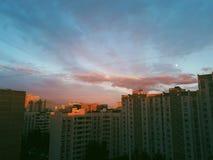 Coucher du soleil orange vibrant sur le fond urbain de ville photos libres de droits
