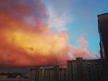 Coucher du soleil orange vibrant sur le fond urbain de ville photographie stock libre de droits