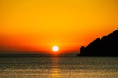 Coucher du soleil ou lever de soleil au-dessus de la surface de mer Photo stock