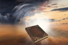 Coucher du soleil ou lever de soleil avec des nuages, des rayons légers et tout autre effet atmosphérique Image stock