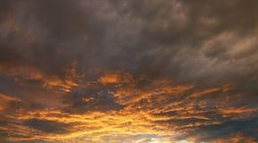 Coucher du soleil ou lever de soleil avec des nuages Photo stock