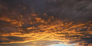 Coucher du soleil ou lever de soleil avec des nuages Photos stock
