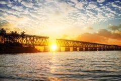 Coucher du soleil ou lever de soleil coloré avec le pont cassé Photographie stock libre de droits