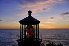 Coucher du soleil Pacifique derrière la lumière de Mears de cap Photo stock
