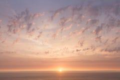 Coucher du soleil paisible au-dessus de l'océan Photo libre de droits