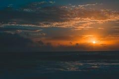 Coucher du soleil paisible au-dessus de la mer Photos libres de droits