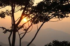 Coucher du soleil paisible au-dessus des montagnes Images libres de droits