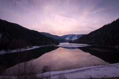 Coucher du soleil paisible au lac Olang au Tyrol du sud, Italie Image libre de droits