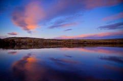 Coucher du soleil paisible de lac photo stock