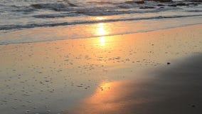 Coucher du soleil paisible et tranquille au-dessus du littoral de l'Océan Atlantique clips vidéos