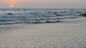 Coucher du soleil paisible et tranquille au-dessus du littoral de l'Océan Atlantique banque de vidéos