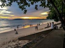Coucher du soleil panoramique à la plage d'ao Nang, Krabi Thaïlande photos libres de droits
